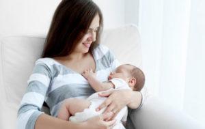 كيفية ارضاع الطفل حديث الولادة بالصور
