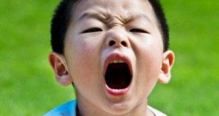 كيفية التعامل مع الطفل العنيد والعصبي في عمر الثلاث سنوات