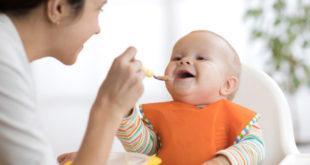متى يبدا الرضيع بالأكل؟