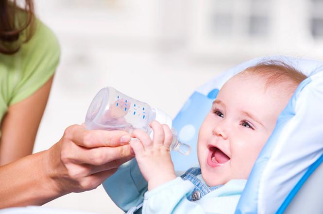 متى يشرب الرضيع الماء - طب الطفل